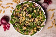 ZIOŁOWY KAMUFLAŻ. Sałatka z roszponką, makaronem, mini kolbami kukurydzy, czarnymi oliwkami, czerwoną cebulą i tuńczykowo-ziołowymi kulami.Sałatka z roszponką, makaronem, mini kolbami kukurydzy, czarnymi oliwkami, czerwoną cebulą i tuńczykowo-ziołowymi kulami.