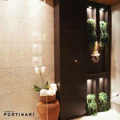 O porcelanato Duquesa trouxe charme e leveza ao projeto do arquiteto Geferson Berté para a Casa Cor MT. Moderno, o projeto valoriza a decoração com luzes indiretas e contrasta a delicadeza do Duquesa e das orquídeas com o tom mais forte da jardineira em preto. Inspirador, não acham?  #ceramicaportinari #porcelanato #tile #arquitetura #decor