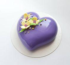 Может же быть сердце сиреневое?! 😊 💜🌸 я вот думаю может, не важно ведь какого оно цвета, главное что оно любит! Очень сильно любит!!💜 Fancy Cakes, Cute Cakes, Mini Cakes, Glace Cake, Mirror Glaze Cake, Heart Cakes, Icing Tips, Mouse Cake, Cake Designs