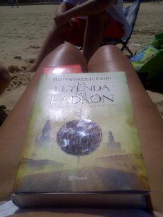 @soytraje sube una foto donde lo difícil es mirar a la portada del libro...