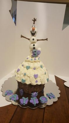 """Frozen themed birthday cake! Who doesn't adore """"Olaf""""!! ♡"""