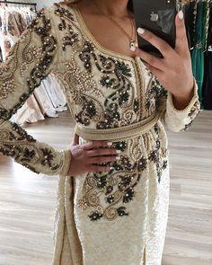 L'image contient peut-être: une personne ou plus et personnes debout Morrocan Dress, Moroccan Caftan, Kaftan, Oriental Dress, Arabic Dress, Afghan Dresses, Moroccan Wedding, Armani Prive, Muslim Fashion