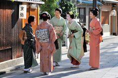 Kotohajime: Miehina (as a maiko) next to her okasan and adoptive mother Haruno (in green kimono)