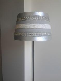 Abajour de candeeiro de pé alto, pintado a cinza e prata e decorado com fitas