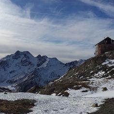 Vom Parkplatz bei der Talstation der Schnalser Gletscherbahn starten wir unsere gemütliche Winterwanderung. Vorbei an der ersten Einkehrstation auf halbweg geht es steil weiter, bis wir die Schöne Aussicht Hütte erreichen, wo wir gemütlich zum Mittagessen einkehren und die Aussicht genießen.
