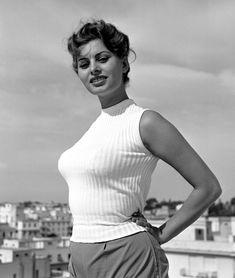 Vintage photograph of the beautiful Italian actress Sophia Loren. Estilo Sophia Loren, Sophia Loren Style, Loren Sofia, Sophia Loren Images, Vintage Hollywood, Classic Hollywood, Italian Actress, Actrices Hollywood, Marlene Dietrich