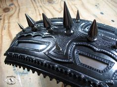 Killer Leather bib with Spikes and brushed Aluminum inserts Motorcycle Seats, Motorcycle Leather, Tooled Leather, Leather Tooling, Custom Leather, Motorcycle Accessories, Spikes, Cool, Bibs