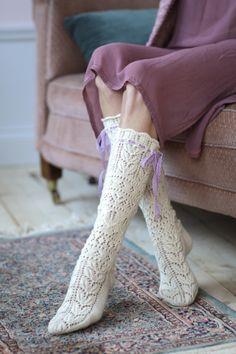 Kevätmorsian-pitsineule villasukat Novita Venla Lace Socks, Crochet Socks, Knitted Slippers, Knitting Socks, Knit Crochet, Knit Socks, Lace Patterns, Knitting Patterns Free, Stockinette