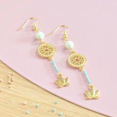 Empreinte de sérénité ces boucles d'oreilles pendantes sont composées de petites perles Miyuki et Swarovski. Un bijou bohème, nature et très féminin à porter e