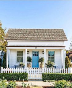🌟Tante S!fr@ loves this📌🌟A beautiful blue-doored beach bungalow is the perfect way to start your Wednesday, don't you think? The white picket fence ups the charm even more—if that's even possible! Cute Cottage, Beach Cottage Style, Beach Cottage Decor, Coastal Cottage, Cottage Homes, Coastal Living, Style At Home, Beach Cottage Exterior, Beach House Exteriors