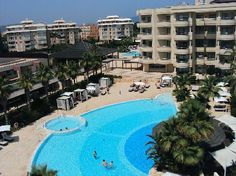 The pool and swim up bar looking toward one of 2 room blocks. Protur Biomar Gran Hotel & Spa (Palma de Mallorca, España)