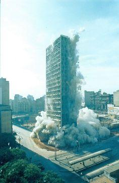 Implosão do edifício Mendes Caldeira para a construção do Metrô