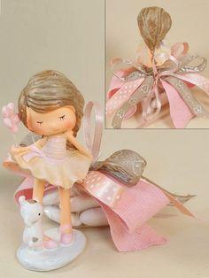 Per la comunione di una bambina quale accessorio migliore di questa deliziosa statuina. Un'idea bomboniera originale all'ultima moda.