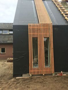 Gevel bekleding: wasserabweisendes Extrakt zerstreuen langsamer, wo die Gevel beklinging: el extracto repelente al agua se disipa más lentamente, donde el … House Cladding, Timber Cladding, Exterior Cladding, Exterior Paint, Cafe Exterior, Timber Battens, Facade Design, Exterior Design, Modern Exterior
