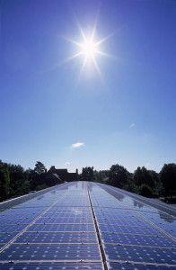"""Zonnepanelen zijn momenteel """"hot"""" We hebben voor u op een rijtje gezet waarom zonnepanelen aan te schaffen."""