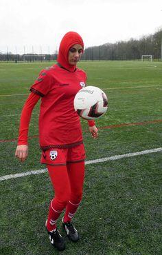 Hijab. Uitrusting van de Afghaanse nationale vrouwenploeg. De meisjes en dames tussen de 13 en 29 jaar worden nog dagelijks met de dood bedreigd.
