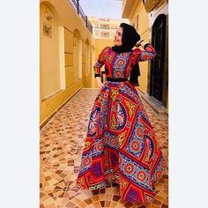Il fallait oser utiliser ce tissu très coloré et à gros motifs pour confectionner une robe. (Tissu en lien). Le résultat est bluffant. Un grand bravo au désigner. Je ne connais pas l'origine de cette photo et serai très heureuse de pouvoir créditer le photographe, le désigneur et la mannequin. Ramadan Crafts, Ramadan Decorations, Ramadan Mubarak, Black People, Mannequin, Muslim, Womens Fashion, Clothes, Outfits
