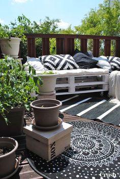 On se façonne un petit coin cosy sur son balcon ou sa terrasse avec des palettes récup'