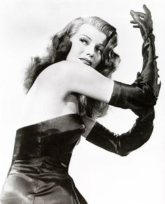 Portrait of Rita Hayworth (October This picture is one of the shoots in the film Gilda directed by Charles Vidor with George MacReady and Glenn Ford. Golden Age Of Hollywood, Vintage Hollywood, Hollywood Glamour, Hollywood Divas, Hollywood Style, Classic Movie Stars, Classic Movies, Nicole Kidman, Rita Hayworth Gilda