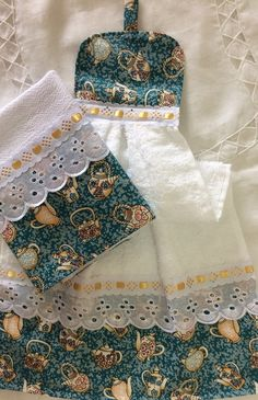 Kit bate mão e pano de prato. Bate mão atoalhado e pano sacaria pé de galinha med: 41x66 - B5B905 Dish Towel Crafts, Sewing Crafts, Sewing Projects, Towel Dress, Crochet Towel, Hanging Towels, Crochet Flower Patterns, Christmas Sewing, Kitchen Towels