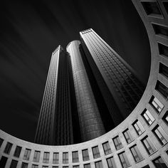 «Dark Cities», une très belle série de photos d'architecture en noir et blanc shootée par le photographe berlinois Jens Fersterra.