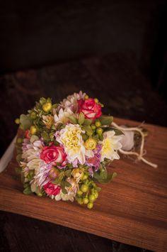 Ramo de novia de estilo rústico y elegante.  Dalias y Rosas.
