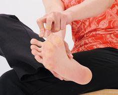 足の指のこわばりをほぐし、足裏の三つのアーチを使って立てるようになれば、「がんばるところ」と「使わないところ」がなくなります。全身がほどよく緩み、すべての筋肉を正しく使えるようになって、スリムで美しい体形に自然と変わっていくのです。【解説】YUKARI(品格ボディアドバイザー・足の指まわし協会代表) Survival Tips, Body Care, Health Fitness, Exercise, Beauty, Education, Ejercicio, Excercise, Work Outs