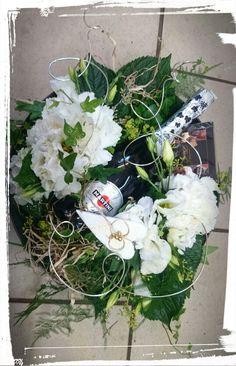 Gullbrudepar -dekorasjon med vinflaske og konfekt,, med hvite hortensia, lisianthus, eføy, plumoses og stæsj i gull -design ingunngrimsby