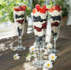 Deilig dessert: Visp kremføte til krem og legg lagvis med bær.
