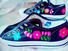 Converse Bordado  a Mano Tie Dye Shoes, How To Dye Shoes, Mexican Fashion, Mexican Outfit, Tennis Fashion, Fashion Shoes, Painted Canvas Shoes, Creative Shoes, All Star