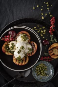 Gegrillte Nektarinen mit Pistazieneis und Pistazien-Minz-Pesto - trickytine Grill Dessert, Kinds Of Fruits, Tasty Dishes, Eggs, Cooking, Breakfast, Desserts, Food, Delicious Dishes