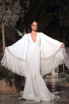 Desfile de novias de Vicky Martín Berrocal foto 02... Mangas que emulan un mantón, genial!!