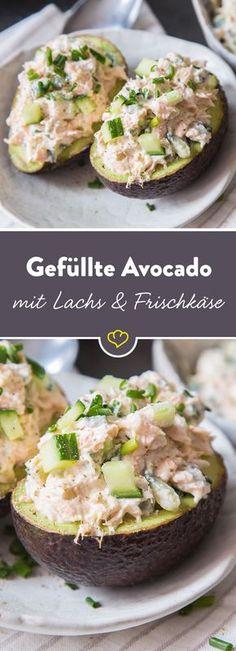 Als cremige Füllung in Mitten einer halbierten Avocado sind Lachs, Gurke, cremiger Frischkäse, etwas Meerrettich und Schnittlauch ein unschlagbares Team.