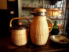 象印 籐ポット魔法瓶・アイスペール SOLD OUT!!ZOJIRUSHI象印の籐ポット・アイスペール 未使用です。昭和の時代、卓上籐ポットは一家に一台と言われるほど人気の商品でした。 今でも人気が高いですね。素敵な手編みの天然籐と保温・保冷に優れたガラスの魔法瓶です。 ・籐ポット 1.0ℓ(容量) 27.5cm(高)・アイスペール トング付 17.5㎝(高)※デットストック品単品での販売ですこの商品に関するお問い合わせはこちら⇒商品お問合... Blog Entry, Tableware, Kitchen, Dinnerware, Cooking, Tablewares, Kitchens, Dishes, Cuisine