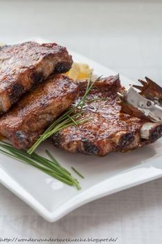 Leckere saftig krosse Spareribs / Rippchen aus dem Backofen. Mit leckerer Chili-Honig-Glasur. Schälrippchen. Amerikanisches Essen.
