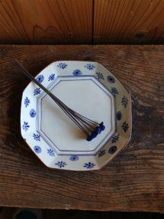 小花散らし錆縁八角7寸皿