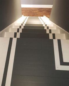 Escalier peint en blanc avec chemin central et lignes gris ardoise