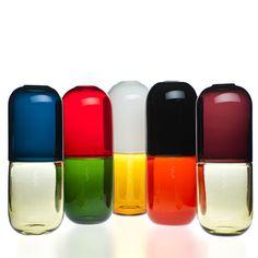 El irreverente diseñador italiano Fabio Novembre creó una serie de jarrones para la compañía Venini en forma de pastillas. Esta reinterpretación de la técnica de vidrio Murano soplado por artesanos italianos tienen dos colores combinados en diferentes formas con símbolos químicos tallados a sus costados.