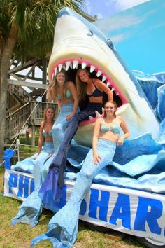 mermaid parade floats, mermaids were a Scottish fable/tale. Could be used in our Festival parade Christmas Float Ideas, Christmas Parade Floats, Christmas Truck, Parade Float Supplies, Mermaid Float, Homecoming Floats, Mermaid Skin, Mermaid Parade, Boat Parade