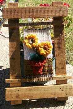 Mural girasoles en telar Weaving Textiles, Weaving Art, Weaving Patterns, Tapestry Weaving, Loom Weaving, Rya Rug, Basket Crafts, Tapestry Design, Weaving Projects