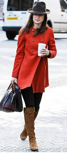 January 2012 Pippa Middleton took a stroll around London wearing her red Zara coat, brown boots, black leggings, and brown two-tone Loewe bag. A chocolate fedora with an orange stripe topped off her look. Pippa Middleton Style, Middleton Family, Zara Hats, Kate And Pippa, Look 2018, London Look, Love Her Style, Ideias Fashion, Fashion Ideas