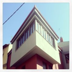 Another good example of modern architecture adding on the traditional Ano Poli style. (Walking Thessaloniki, Route Upper Town c) Thessaloniki, Modern Architecture, Greece, Walking, Traditional, Mansions, House Styles, Greece Country, Modernism