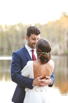 Wedding photography pose idea at lakeside wedding @weddingchicks