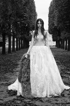 The new Vera Wang wedding dresses have arrived! Take a look at what the latest Vera Wang bridal collection has in store for newly engaged brides. Vera Wang Bridal, Vera Wang Wedding, Princess Wedding Dresses, Bridal Dresses, Wedding Gowns, Lace Ball Gowns, Autumn Fashion 2018, Bridal Fashion Week, Mannequins