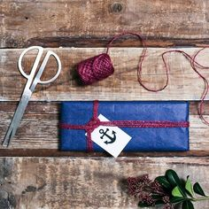 Meren ystävän paketti kuljettaa ajatukset jo kesään. Kietaise levy laivastonsiniseen silkkipaperiin. Ajattoman paketin somisteeksi riittää näyttävä solmu moninkertaisesta viininpunaisesta narusta. Pakettikortissa komeilee tietenkin ankkuri! #fazerinjoulu #suklaalahja #veneilijälle