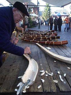 Maken van een Midwinterhoorn op de kerstmarkt in Ootmarsum