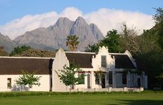 When walking the streets in Stellenbosch suddenly this image appeared. It is almost like a movie set where someone decided there should be some mountains in the background. Classic Architecture, Architecture Details, South African Homes, Cape Dutch, Secret House, Wine House, Dutch Colonial, Out Of Africa, Interior And Exterior