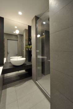 Nice bathroom, glass showerdoor
