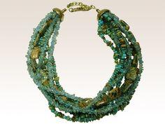 Césarée bijoux, créateur de bijoux haut de gamme, collection QUITO. Ce collier ethnique de 40 cm composé de 4 rangs de turquoises baroques, de 3 rangs d'apatite claire et d'un rang de rectangles en jaspe impérial. Chaînette de réglage de 7 cm et fermoir finition bronze vieilli.