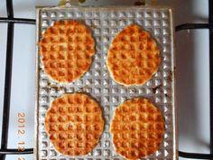 Mennyei Sajtos tallér recept! Keresztanyukám szokta sütni minden családi ünnepre ezt a ropogós tallért. Már én is beszereztem magamnak egy tallérsütőt. Megéri!:) Ital Food, Waffle Iron, Beignets, Waffles, Breakfast, Cake, Minden, Drink, Morning Coffee